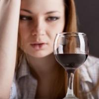Женщина сильно пьет что делать